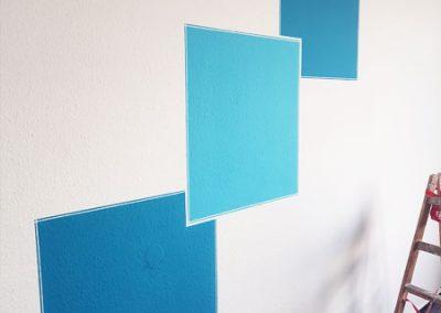 Wand mit blauen Quadraten