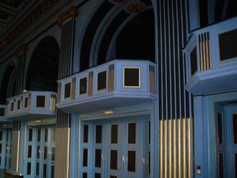 Theater-Empore mit Goldverzierung