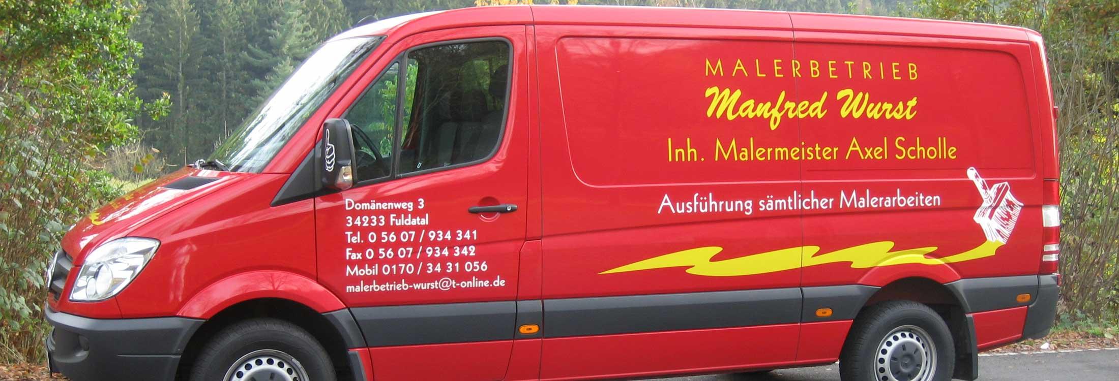 rotes Dienstfahrzeug des Malerbetriebs